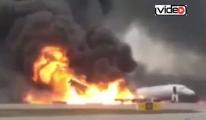Aeroflot uçağı yanarak indi!video
