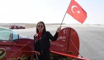Akrobasi pilotu Öztürk'ten çocuklara özel gösteri uçuşu