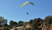Antalya'da Paraşütçüler Yasağı Dinlemiyor