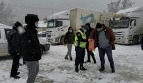 Ardahan'da, kardan kapanan yollarda kalan sürücüler