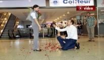 Atatürk Havalimanı'nda İlginç Evlilik Teklifi video