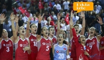Bilal Ekşi, Kadın Voleybol Takımı'nı kutladı!