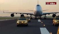 Boeing 747 jumbo jet Schiphol Havalimanı'na İndi