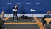 Danimarka'da  basın toplantısı sırasında bayıldı#video