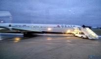 Delta uçağı Havaalanı'nda taksi şeridine indi