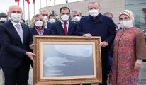 Erdoğan'a, 15 Temmuz'da çizdiği rotanın tablosu hediye edildi