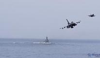 F-16 savaş uçakları denizin üzerinde alçak uçuşlar yaptı.