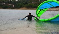 Gölde mahsur kalan uçurtma sörfçüsü