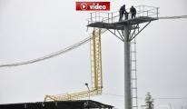 Havalimanı yaklaşma direği stat çatısına devrildi video