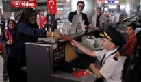 Havalimanı'nda Yolculara 23 Nisan Sürprizi