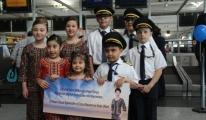 Hostes ve Pilot Kıyafetli Çocuklar Yolcuları Karşıladı