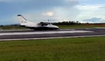 İniş takımları açılmayan uçak, gövdesi üzerine indi(video)