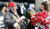 İsrailli ve Filistinli turistleri karanfillerle karşıladılar