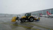 İstanbul Havalimanı'nda karla mücadele(video)