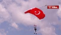 İzmir Efes'te Gökyüzü Semaları Renklendi