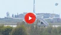 Kaçırılan Uçağın Kokpit Camından Kaçmayı Başardılar