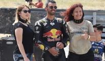 Kadın motorcular pistte nefes kesti#video