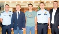 Kahraman polis Atatürk Havalimanı'na döndü