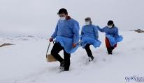 Karlı yolları aşan sağlıkçılar