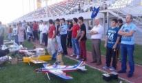 Kimsezi Çocuklara Model Uçak Gösterisi