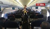 Kıraç, uçakta yolcuların bebeklerini gezdirdi