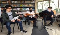 Kütüphanede hem kitap okuyup hem enstrüman çaldılar
