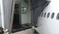 Mahan Air'e ait yolcu uçağı körüğe çarptı