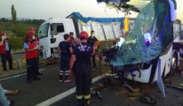 Manisa'da yolcu otobüsü TIR'a çarptı