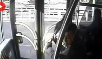 Metrobüsteki Şemsiyeli Saldırı Kamerada