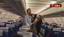 Onur Air uçağında Çanakkale Türküsü söyledi!video
