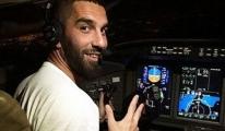 Pilotlar Arda Turan'ı Kokpitte Almadı