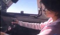 video 50 yolculu uçakta sevgiliye pilotaj eğitimi
