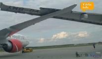 Pistte iki uçağın kanatları çarpıştı!