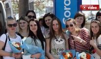 Ruslar çiçeklerle karşılandı