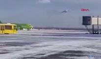 Rusya'da kargo uçağı sert iniş yaptı(video)