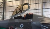 SAVUNMA BAKANI F-35'İN İÇİNDE POZ VERDİ