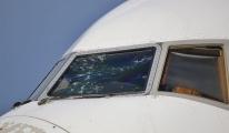 Şiddetli dolu uçağın Her iki ön camını paramparça yaptı