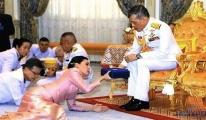 Tayland Kralı eski hostesle evlendi!