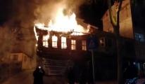 Tekirdağ'da, tarihi ahşap bina çıkan yangında kül oldu