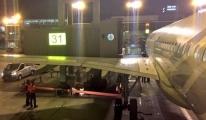 THY uçağı, Havalimanı'nda körüğe çarptı.