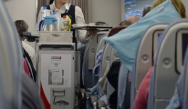 THY uçağında yolcunun üstüne trolley devrildi!