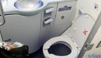 Uçağın tuvaletinde dolar ve euro dolu çanta buldu!