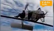 Uçak, kayak teleferiğine sıkıştı!