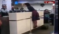 Uçak yolcusu çıldırdı!video