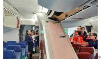 Uçakta bagajların konulduğu tavan çöktü
