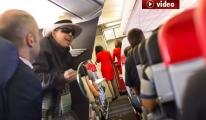 Yolcu Uçakta Hostesin Üzerine Kahve Attı video