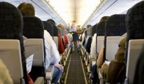 Uçakta kadın kocamın dizinde uyuyordu