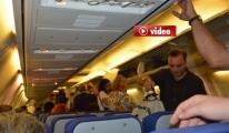 Uçakta  Yolcular Kabin  Memurlarıyla Tartıştı ...