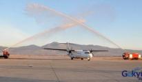Uşak'a İnen ilk uçak seremoniyle karşılandı