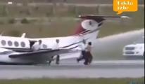 video İniş takımı arızalanan uçak gövde üzerine indi!